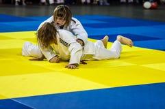 Orenburg, Rusland - 16 April 2016: De meisjes concurreren in Judo Royalty-vrije Stock Afbeelding
