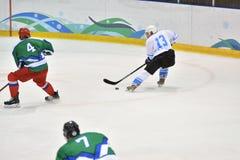 Orenburg, Rusland - April 5, het jaar van 2017: de mensen spelen hockey Stock Afbeelding