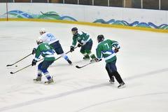 Orenburg, Rusland - April 5, het jaar van 2017: de mensen spelen hockey Stock Foto's