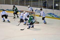 Orenburg, Rusland - April 5, het jaar van 2017: de mensen spelen hockey Royalty-vrije Stock Foto