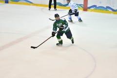 Orenburg, Rusland - April 5, het jaar van 2017: de mensen spelen hockey Stock Fotografie