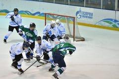 Orenburg, Rusland - April 5, het jaar van 2017: de mensen spelen hockey Stock Afbeeldingen