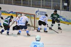 Orenburg, Rusland - April 5, het jaar van 2017: de mensen spelen hockey Royalty-vrije Stock Foto's