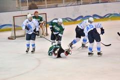 Orenburg, Rusland - April 5, het jaar van 2017: de mensen spelen hockey Royalty-vrije Stock Afbeelding