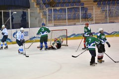 Orenburg, Rusland - April 5, het jaar van 2017: de mensen spelen hockey Royalty-vrije Stock Afbeeldingen