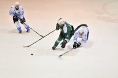 Orenburg, Rusland - April 5, het jaar van 2017: de mensen spelen hockey Royalty-vrije Stock Fotografie