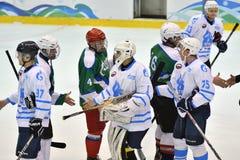 Orenburg, Rusland - April 5, het jaar van 2017: de mensen spelen hockey Stock Foto