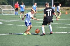 Orenburg, Rusland - Augustus 18, het jaar van 2017: de jongens spelen voetbal Royalty-vrije Stock Foto's