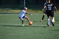 Orenburg, Rusland - Augustus 18, het jaar van 2017: de jongens spelen voetbal Stock Foto's
