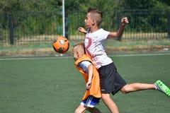 Orenburg, Rusland - Augustus 18, het jaar van 2017: de jongens spelen voetbal Royalty-vrije Stock Fotografie