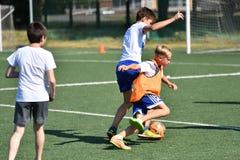 Orenburg, Rusland - Augustus 18, het jaar van 2017: de jongens spelen voetbal Stock Fotografie