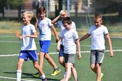 Orenburg, Rusland - Augustus 18, het jaar van 2017: de jongens spelen voetbal Royalty-vrije Stock Afbeeldingen