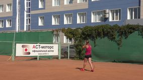 Orenburg, Rusland - Augustus 15, het jaar van 2017: meisjes speeltennis stock video