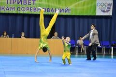 Orenburg, Rusland, 26-27 de jaar van Mei 2017: de jongens concurreren in sportenacrobatiek Royalty-vrije Stock Afbeeldingen