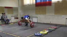 Orenburg, Rusland - December 15-17, het jaar van 2017: De jongens concurreren in gewichtheffen stock footage