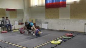 Orenburg, Rusland - December 15-17, het jaar van 2017: De jongens concurreren in gewichtheffen stock videobeelden