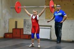 Orenburg, Rusland, 16 December, 2017 jaar: de meisjes concurreren in gewichtheffen Stock Afbeelding
