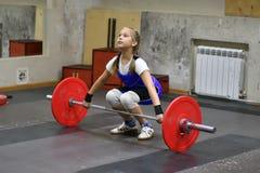 Orenburg, Rusland, 16 December, 2017 jaar: de meisjes concurreren in gewichtheffen Stock Afbeeldingen