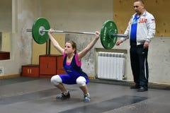 Orenburg, Rusland, 16 December, 2017 jaar: de meisjes concurreren in gewichtheffen Royalty-vrije Stock Foto's