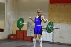 Orenburg, Rusland, 16 December, 2017 jaar: de meisjes concurreren in gewichtheffen Stock Fotografie