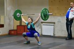 Orenburg, Rusland, 16 December, 2017 jaar: de meisjes concurreren in gewichtheffen Stock Foto's