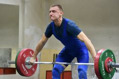 Orenburg, Rusland - 15 - 17 Dezember 2017 Jahr: De mensen concurreren in gewichtheffen Royalty-vrije Stock Afbeelding