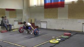 Orenburg, Rusland - 15 - 17 Dezember 2017 Jahr: De mensen concurreren in gewichtheffen stock videobeelden