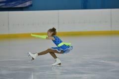 Orenburg, Rusland - Februari 20, het jaar van 2017: De meisjes concurreren in kunstschaatsen Stock Foto