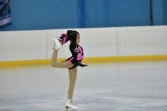 Orenburg, Rusland - Februari 20, het jaar van 2017: De meisjes concurreren in kunstschaatsen Stock Fotografie
