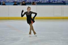 Orenburg, Rusland - Februari 20, het jaar van 2017: De meisjes concurreren in kunstschaatsen Stock Foto's