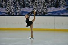 Orenburg, Rusland - Februari 20, het jaar van 2017: De meisjes concurreren in kunstschaatsen Royalty-vrije Stock Foto