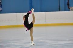 Orenburg, Rusland - Februari 20, het jaar van 2017: De meisjes concurreren in kunstschaatsen Stock Afbeelding