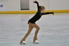 Orenburg, Rusland - Februari 20, het jaar van 2017: De meisjes concurreren in kunstschaatsen Royalty-vrije Stock Foto's