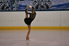 Orenburg, Rusland - Februari 20, het jaar van 2017: De meisjes concurreren in kunstschaatsen Stock Afbeeldingen