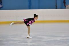 Orenburg, Rusland - Februari 20, het jaar van 2017: De meisjes concurreren in kunstschaatsen Royalty-vrije Stock Fotografie