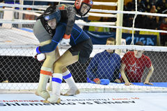 Orenburg, Rusland - Februari 18, het jaar van 2017: De vechters concurreren in gemengde vechtsporten Royalty-vrije Stock Foto