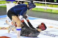 Orenburg, Rusland - Februari 18, het jaar van 2017: De vechters concurreren in gemengde vechtsporten Stock Afbeelding