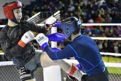 Orenburg, Rusland - Februari 18, het jaar van 2017: De vechters concurreren in gemengde vechtsporten Stock Fotografie