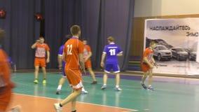Orenburg, Rusland - 11-13 Februari 2018 jaar: de jongens spelen in handbal stock videobeelden