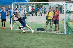 Orenburg, Rusland - 9 Juli 2016: De jongens spelen voetbal Royalty-vrije Stock Foto