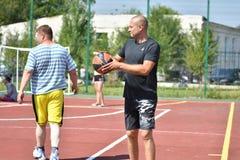 Orenburg, Rusland - Juli 30, het jaar van 2017: de mensen spelen Straatbasketbal Royalty-vrije Stock Afbeelding