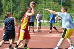 Orenburg, Rusland - Juli 30, het jaar van 2017: de mensen spelen Straatbasketbal Royalty-vrije Stock Fotografie