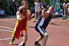 Orenburg, Rusland - Juli 30, het jaar van 2017: de mensen spelen Straatbasketbal Royalty-vrije Stock Foto's