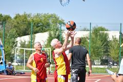 Orenburg, Rusland - Juli 30, het jaar van 2017: de mensen spelen Straatbasketbal Stock Foto