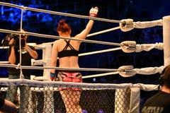 Orenburg, Rusland - Juni 15, het jaar van 2018: Ga de gemengde vechtsporten van ringsmeisjes vechters weg Royalty-vrije Stock Afbeelding