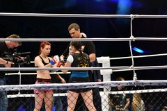 Orenburg, Rusland - Juni 15, het jaar van 2018: Ga de gemengde vechtsporten van ringsmeisjes vechters weg Stock Afbeeldingen