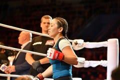Orenburg, Rusland - Juni 15, het jaar van 2018: Ga de gemengde vechtsporten van ringsmeisjes vechters weg Royalty-vrije Stock Foto's