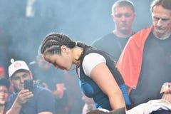 Orenburg, Rusland - Juni 15, het jaar van 2018: Ga de gemengde vechtsporten van ringsmeisjes vechters weg Royalty-vrije Stock Afbeeldingen