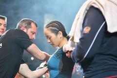 Orenburg, Rusland - Juni 15, het jaar van 2018: Ga de gemengde vechtsporten van ringsmeisjes vechters weg Stock Foto's