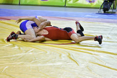 Orenburg, Rusland 16 16 Maart, het jaar van 2017: De jongens concurreren in vrij slag het worstelen Stock Fotografie